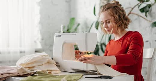 Mujer usando maquina de coser